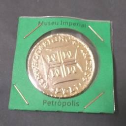 Réplica Moeda Dobrão de Ouro 2000 Réis Folheado a Ouro