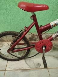 Uma bicicleta infantil