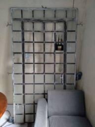 Portão de ferro, janela,Sofá chaise