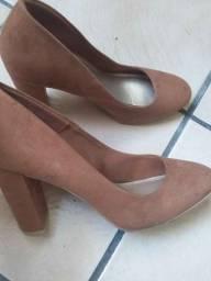Sapato de salto alto em camurça