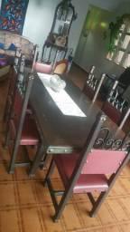 Mesa em madeira e detalhe em ferro fundido.