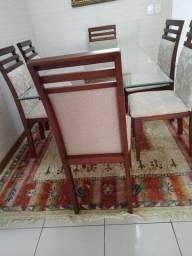 Mesa de jantar com seis cadeiras e bufê