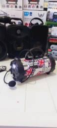 Caixa de som com microfone e lanterna