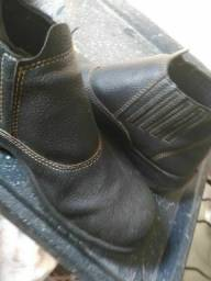 Vendo uma bota de bico de aço por 50,00 reais prá vim buscar