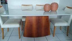 Mesa com 6 cadeiras, tampo em vidro e acabamento em LAKA
