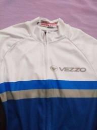 Bermuda e camiseta de ciclismo