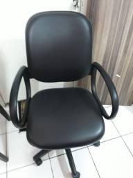 Cadeira giratória com braços toda em couro com regulagem