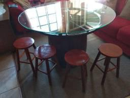 Mesa rústico com roda de carreta de ferro