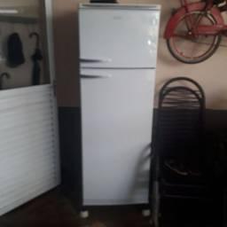 Vende ou troca  geladeira dako 380 ltros em bom estado valor 600 rincao sp *