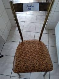 Duas cadeiras de ferro envelhecido