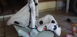Andador e um bebê conforto apenas detalhe de uso