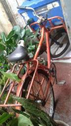 Serra de mesa e bicicleta cargueira