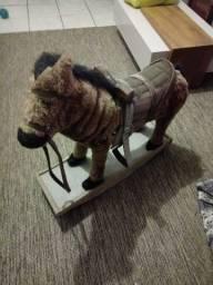 Cavalo de madeira bem confortável pra criança