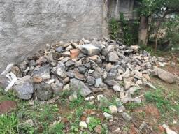 Doa-se pedras marroadas em vários tamanhos. Só providenciar a retirada do material