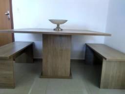 Mesa de jantar com dois bancos