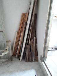 Diversos sarrafos de madeira