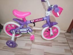 Vendo uma bicicleta de menina e um sapatinho