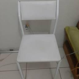 4 cadeiras brancas de ferro.