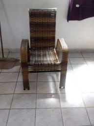 4 cadeiras e uma mesa de centro pequena