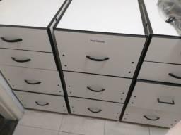 Armário de madeira com gaveteiros