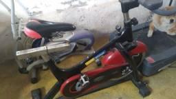 Vendo UMA bicicleta e uma esteira eletrica