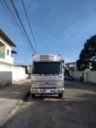 Caminhão 3/4 Ford cargo 712 com baú frigorífico
