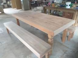 Mesa com bancos estilo rústico