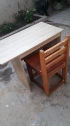 Título do anúncio: Escrivaninha de madeira com cadeira para criança