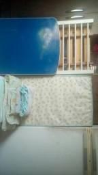 Berço azul com 2 protetor 1traveseiro ante sufocante 1 colchão