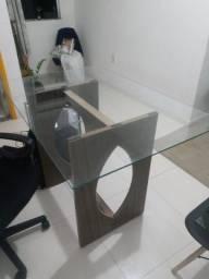 Mesa com tampo de vidro e duas cadeiras