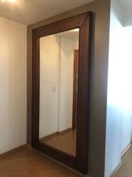 Espelho decorativo grande com moldura.