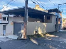 Casa de três quartos com terraço e garagem