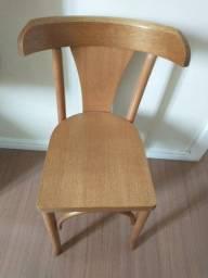 Cadeiras novas de madeira