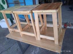 Banco de madeira envernizado