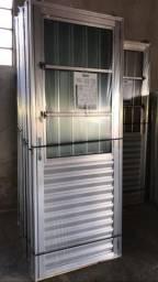 Porta de alumínio com Postigo e vidro