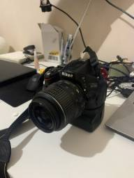 Nikon D5100 + Lente Nikon 18-55mm + Carga extra bateria