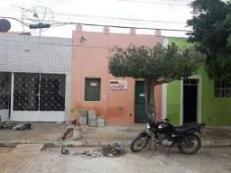 Casa com 2 quartos no centro de Monteiro