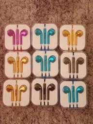 Fones de ouvido metálicos coloridos