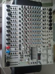 Mesa de som behringer profissional mais caixa amplificada.