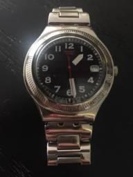 Relógio swatch prateado e fundo preto