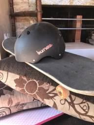 Skate e capacete proteção