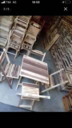 Mesa e cadeira rústica dobrável em madeira maciça.