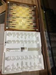 Tabuleiro de xadrez e dama de vidro