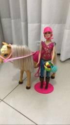 Barbie com seu cavalo.