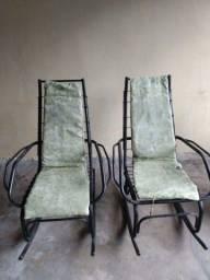 2  cadeiras de balanço de ferro bonitas