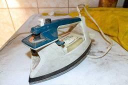 Ferro de Passar Roupa Black Decker PPA 1411 TAO / 127V em Plástico Azul / Branco 12 cm x
