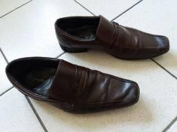 Vend0 terno com calça e sapatos