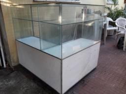 Balcão expositor em vidro e mdf com gavetas e porta