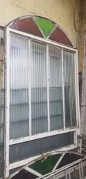 Porta, portão e 10 janelas