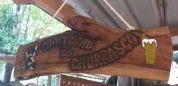 Placa rústica entalhada na madeira